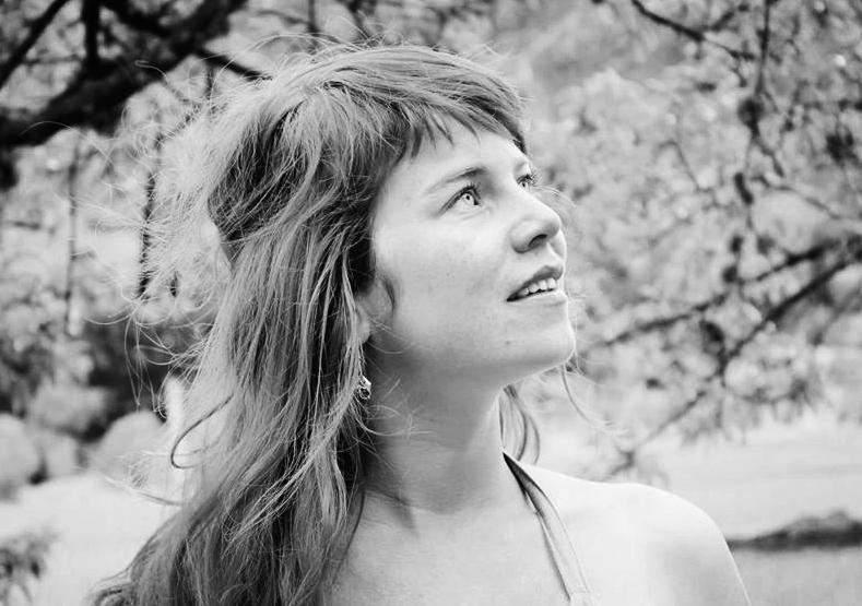 """"""" A DanzaMedicina me moveu em direção ao centro de meu ser e de meu útero. A expressão da essência feminina através do espaço sagrado da DanzaMedicina é um profundo processo de cura. Morena é uma mulher poderosa e conectada, que inspira a todos com a sua presença.""""    Vera Anja, Suíça"""