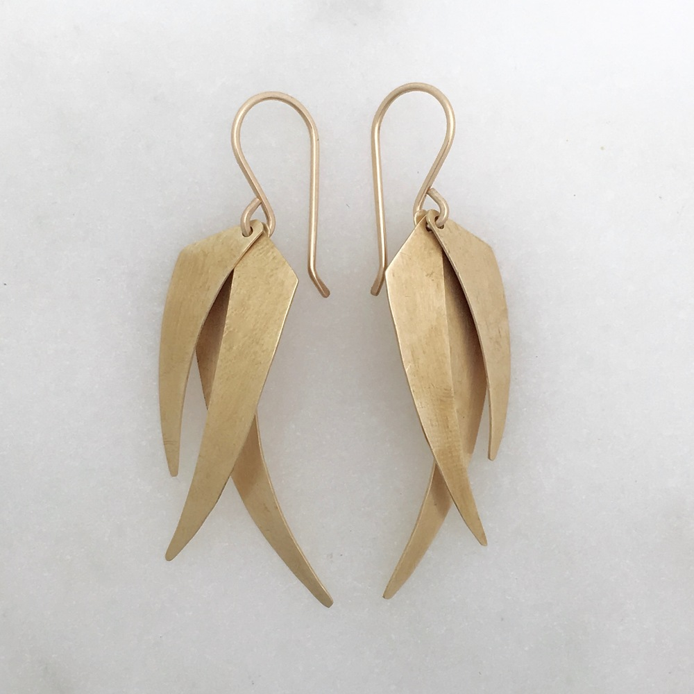 FEATHER EARRING - satin brass