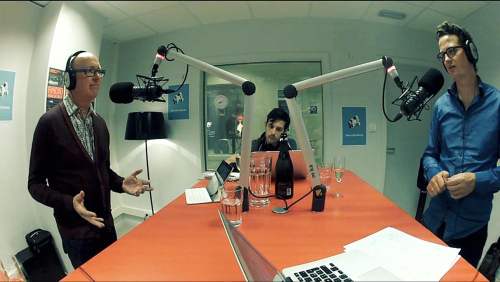 De gesprekken worden opgenomen in de studio van REC radiocentrum.