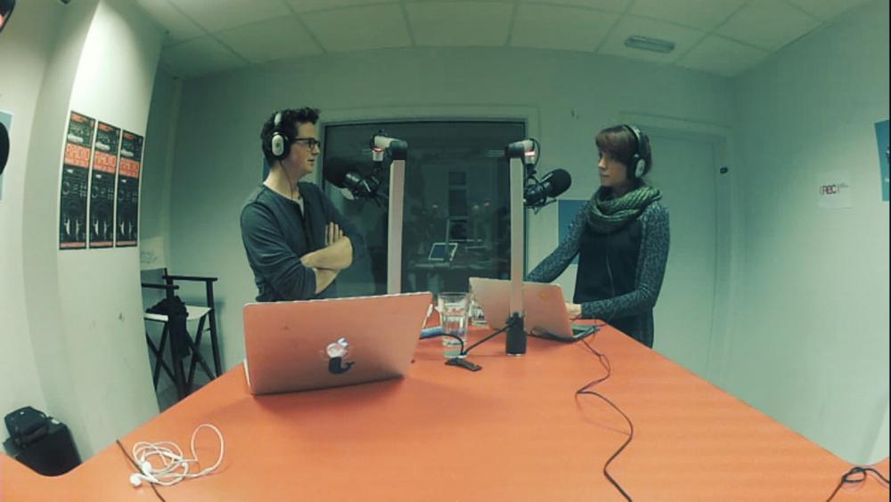 Sarah en Fredo in de studio van het REC radiocentrum