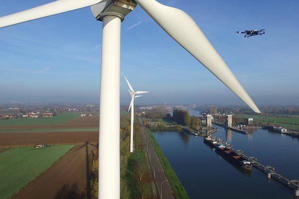 Een inspectie-drone van Aetos onderzoekt een windmolen