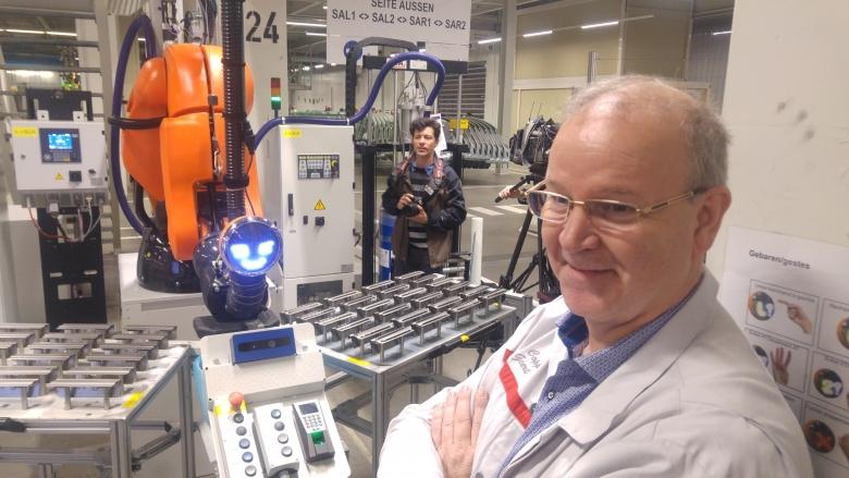 Walt (links), de robot die Jonathan Berte en z'n team maakten