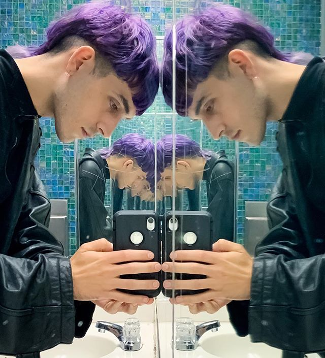 "☂️Hello!! trippy iMovie ""mirror"" effect / INFINITE mirrors illusion ~ artsy metaphor for self-reflection 🧠 meta-cognition = thinking about thinking 💭 default mode network in OVERDRIVE 💎🧬All affordably created IRL in public bathroom post-defecation 🚽  no MacBook Pro needed 🛒000000 🤔 bye :)"