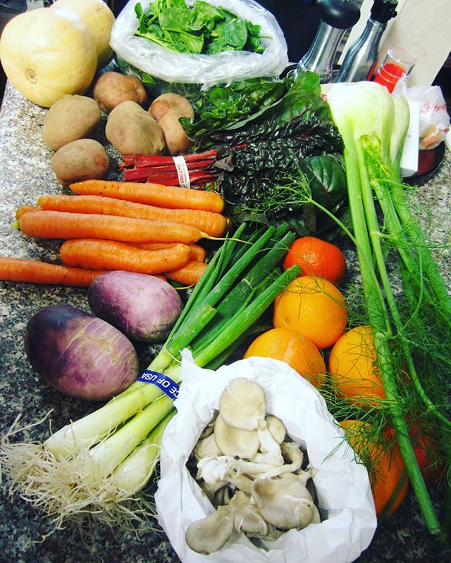Delivery Veggies! Jum jum jum!  #tryna #behealthy #delivery #veggies #eatgood #gettinginthegreens #liveforever #ilovesoup  Quick Veggie vlog SajaEgo Youtube channel. 🍊🥕🥦