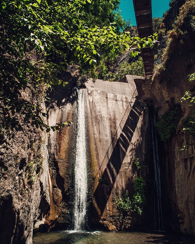 Rope-bridge waterfall combo 🙌🏽
