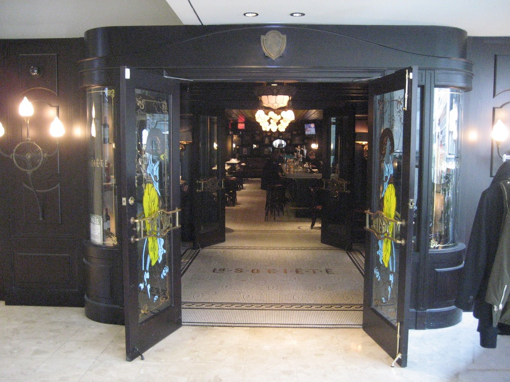 Picture of accessible entrance of La Societe