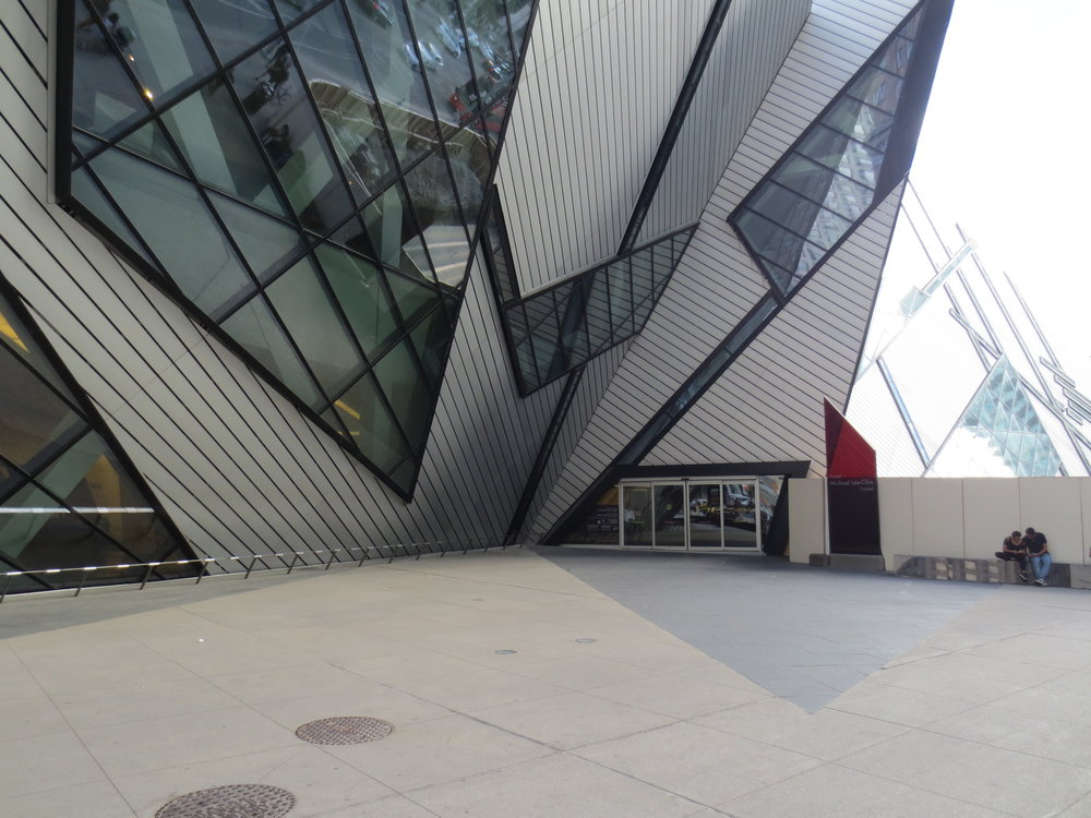Picture of the main accessible entrance of the Royal Ontario Museum