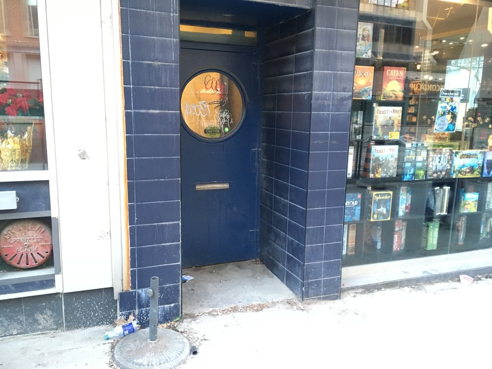 Picture of the accessible entrance at Snakes & Lattes