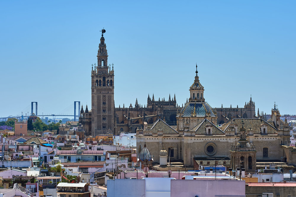 The walkway offers a great view of the Sevilla Cathedral - Sigma 135 Art / Nikon Df