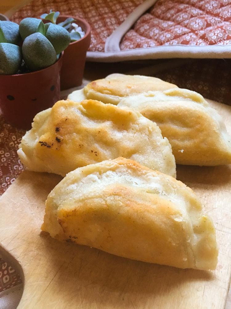 Puedes hacer una charola de quesadillitas con diferentes rellenos y poner un plato con salsa al centro. Tus amigos van a recordar por qué te quieren tanto.