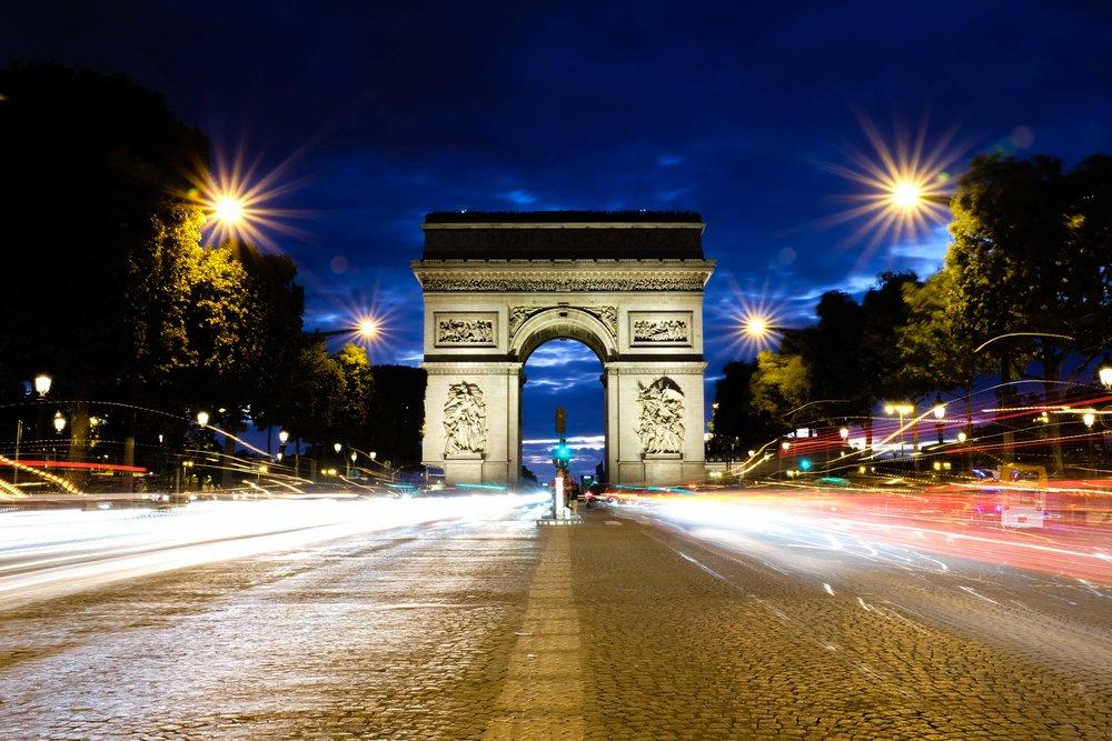 Traffic lights surrounding the Arch de Triumph