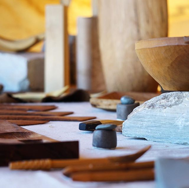 Booth setup for the weekend market, @mercado_sagrado, coming along.  __________ #woodenware #knife #sloyd #slojd #realcraft #skills #wood #woodwork #woodcraft #kitchenware #woodworking #woodcarving #woodculture #carving #craft #handmade #handcraft #handcarved #cooking #cuisine #kitchen #artisan #tableware #design #minimal #designer #art #artisan #craftsman #homedecor