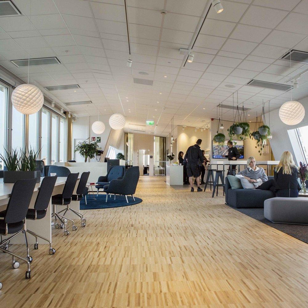 Castellum Sthlm - Under 2017 förändrades Castellum och kontoret i Stockholm flyttade parallellt med Göteborg där huvudkontoret fusionerades med avdelningen Väst i nytt koncept framtaget av Kanozi. Independent omsatte koncepten till investeringsbeslut och koordinerade all implementering av lös- och specialinredning, där Stockholm tog sina steg med Varg Arkitekter utifrån en aktivitetsbaserad miljö liksom första Well certifierade kontoret.Inredningsarkitekt: Varg ArkitekterBild: Castellum
