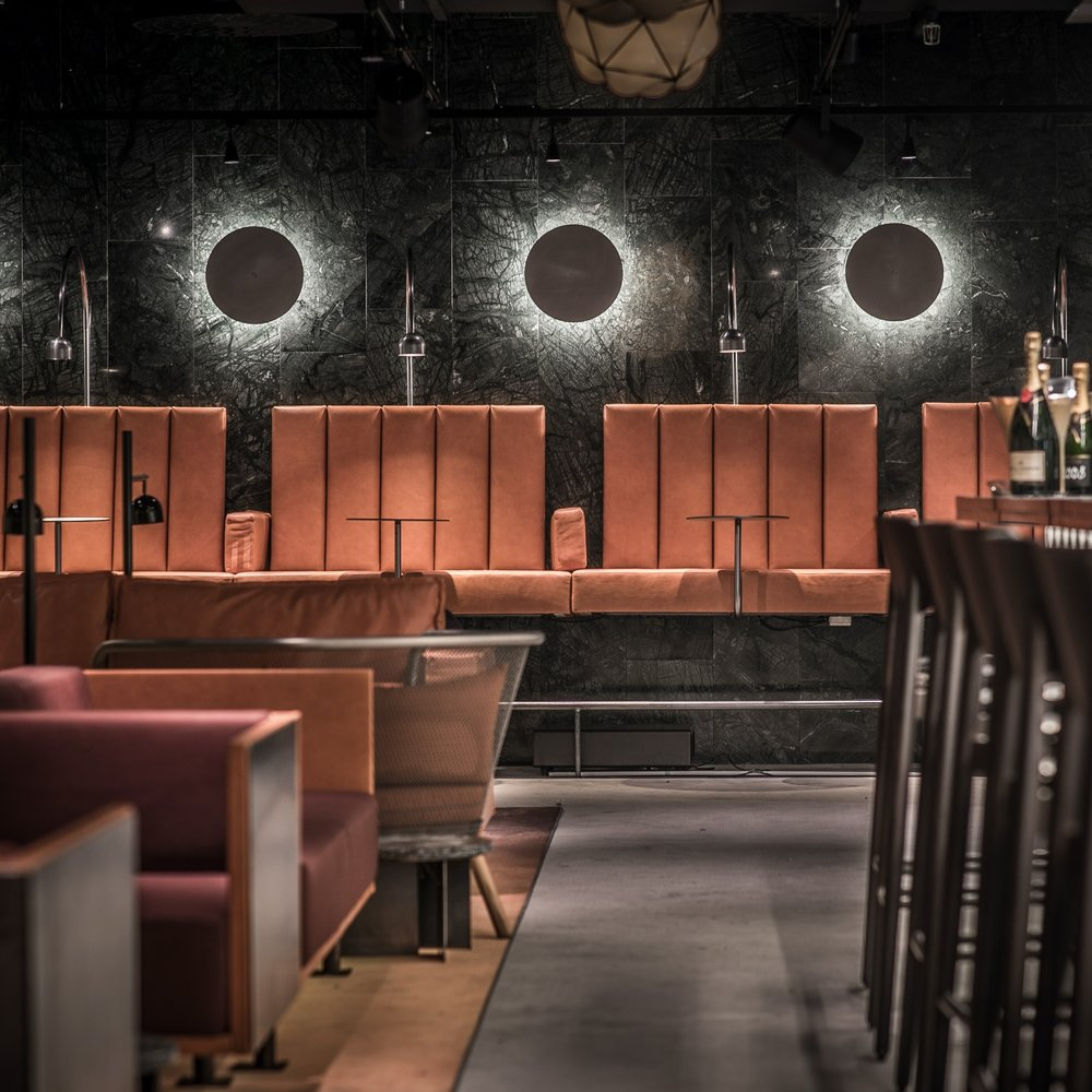 KOL & Cocktails - Med fokus på att ge en helhetsupplevelse inom mat & dryck, service, inredning och musik skapades KOL & Cocktails i Helsingborg 2015. Ett prisbelönat koncept tog steget till Malmö 2017 där mottagandet blev över förväntan med nominering i Restaurant & Bar Design Awards och vinst som årets restaurang i Malmö. Independent samverkade från start för båda orter med kalkylering, upphandling och projektledning av lös inredning samt en koordinering med en fantastisk entreprenör för belysning och delar för en helhet i tid, till rätt kostnad och enligt koncept.Arkitekt: Bornstein LyckeforsFotograf: Michel Cavalli