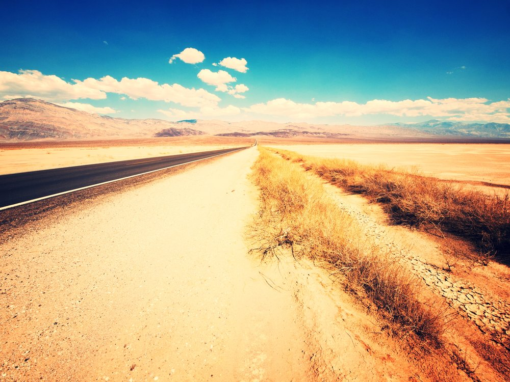 Desert_Road_on_the_way_to_Furnace_Creek_in_Death_Valley.jpg