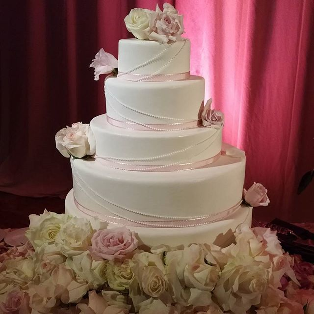 Another beautiful cake and another happy couple! Congratulations Sabrina and Chad!