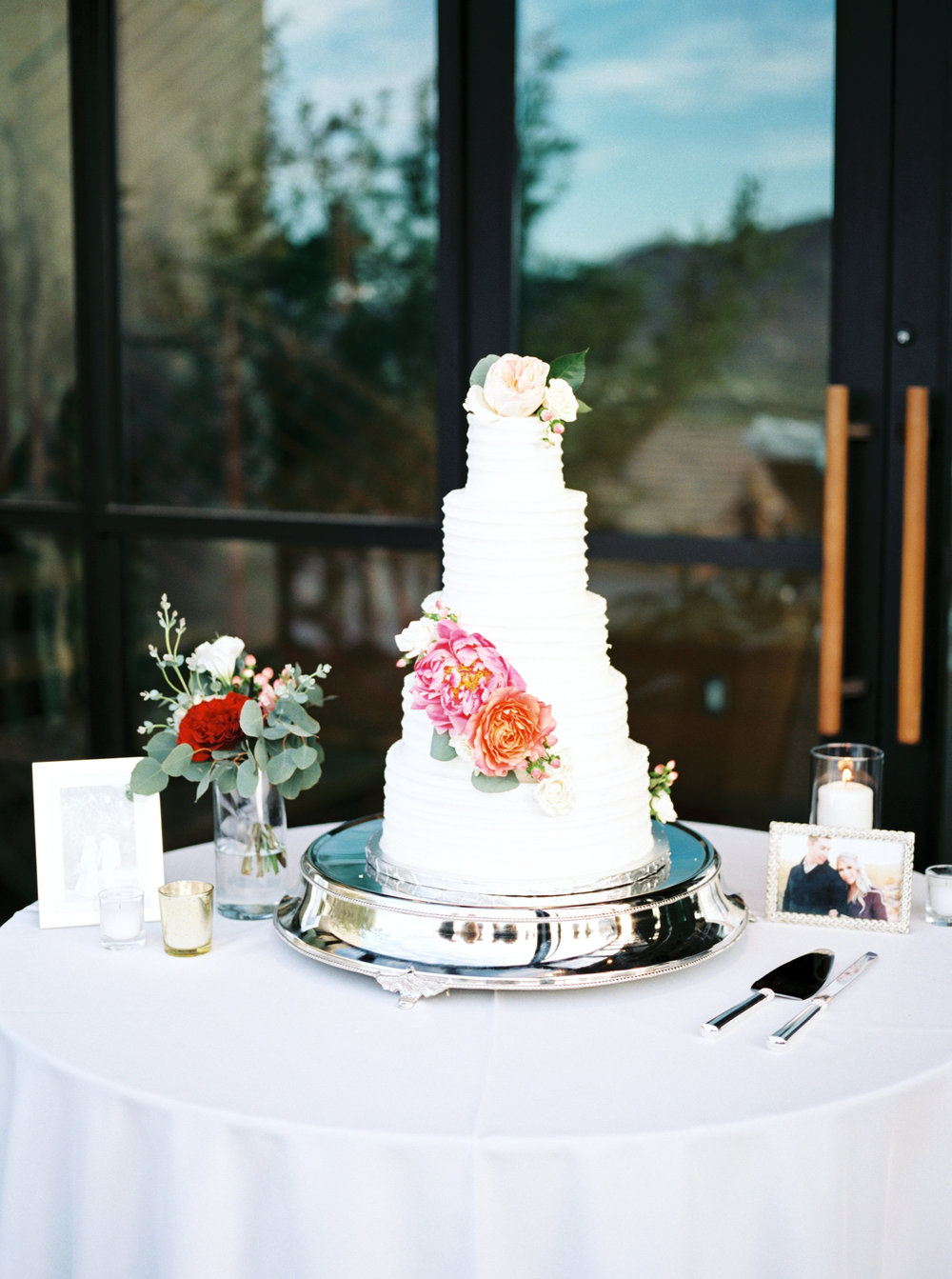 wedding cake, tiered wedding cake, classic wedding cake, white wedding cake, cake flowers, wedding cake details