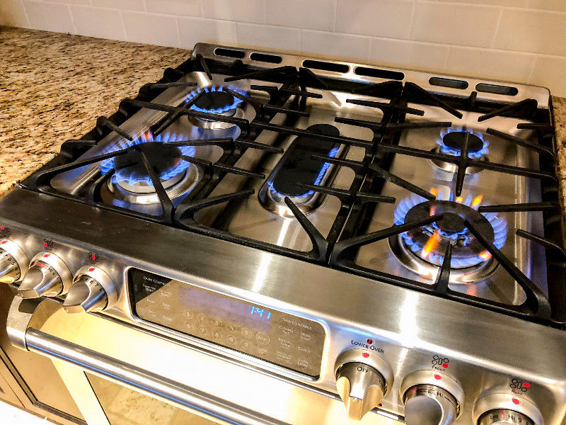 "5 porcelain natural gas burners with cast iron grate. ""Easy Lite"" electronic ignition."