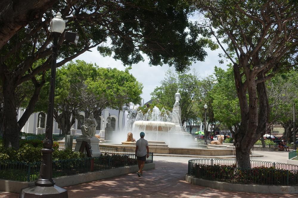 plaza las delicias and fountain (Fuente de los leones)