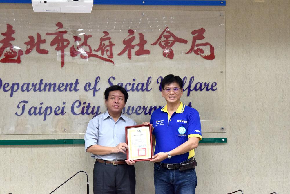 社會局致贈感謝狀予民間電腦公司。圖:台北市社會局/提供