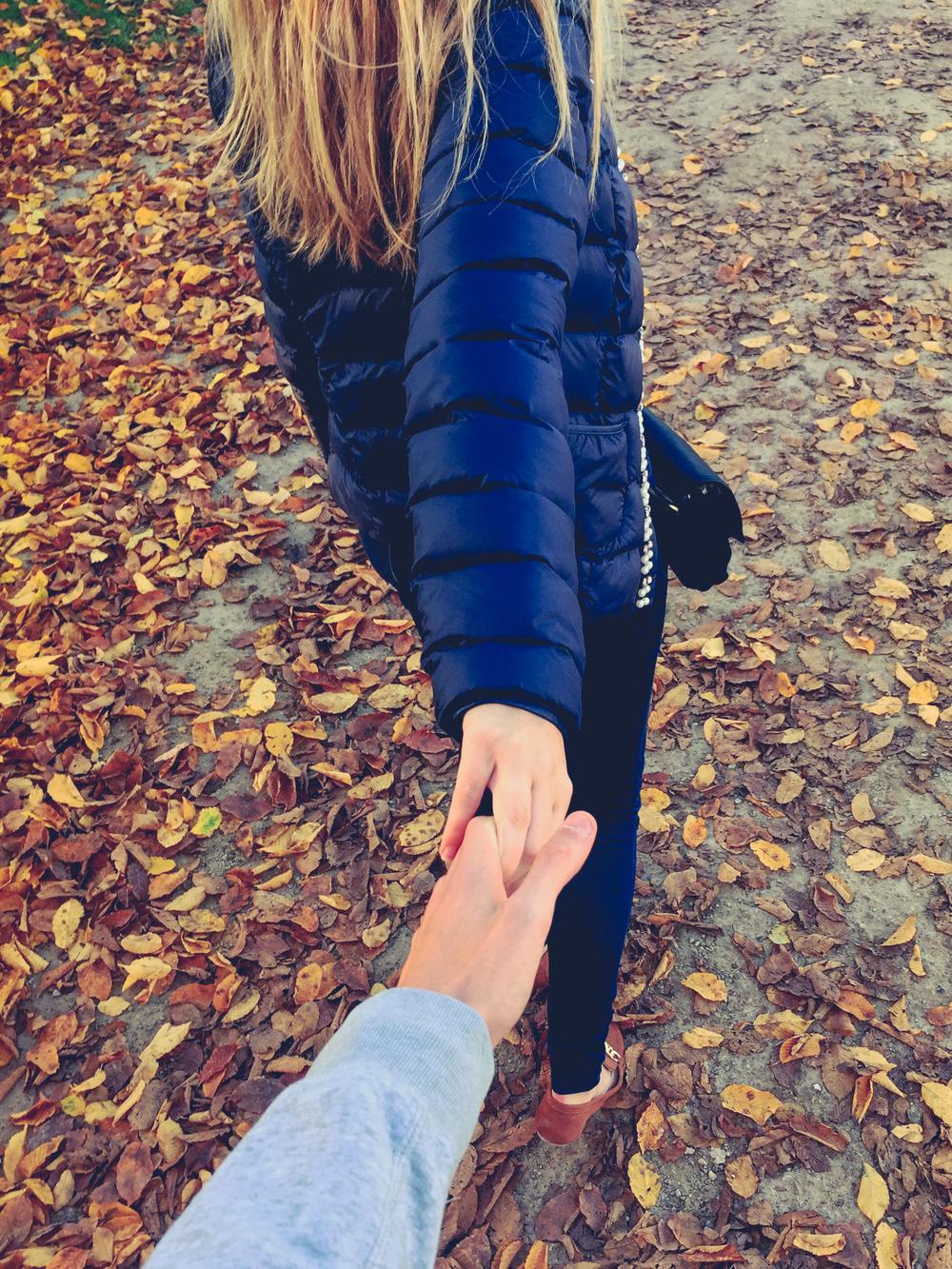"""""""Op zondag 1 november waren mijn liefje en ik in Brussel aan het wandelen richting Atomium. De stoep was bedekt met heel wat mooie blaadjes. We liepen hand in hand en hij trok deze onverwachtse foto.   Ik vind dit één van mijn mooiste recente foto's omdat het 2 dingen mooi in beeld brengt : 'de liefde', waar geen mens zonder kan en ' de herfst', voor mij het mooiste seizoen van het jaar. """"    photocredits: ©Phaëdra Pollet"""
