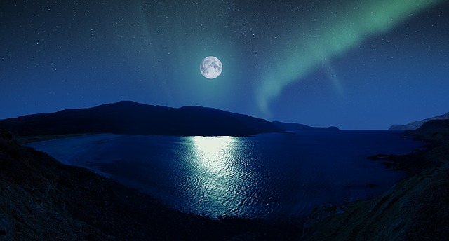 Full Moon and Aurora_640.jpg
