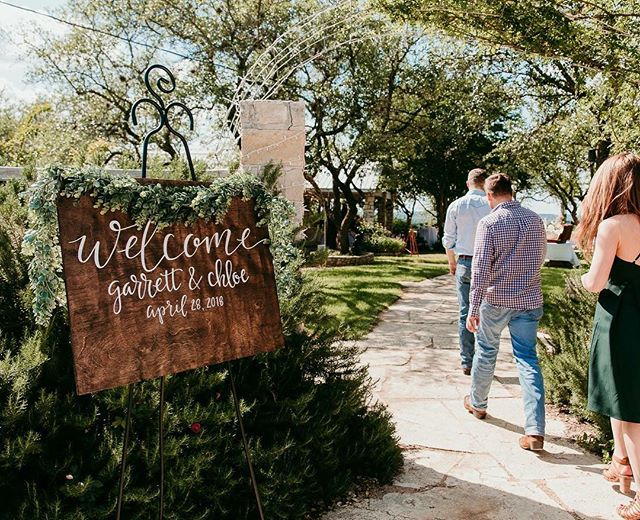 Welcome signs will always be my favorite, plus you can hang them in your house after the wedding! 🌿 love this shot that @alexandrawhitephoto got at Garrett & Chloe's wedding!