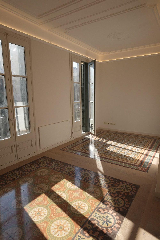 Salón. Dónde se aprecian las molduras originales y la iluminación indirecta.