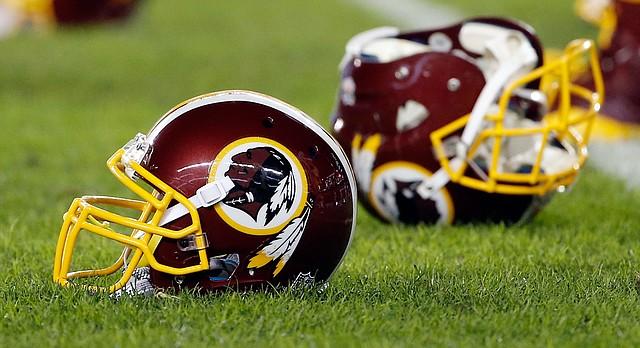 """Pour beacoups d'autochtones les franchises sportifs come les 'Washington Redskins' porte un """"nom raciste"""". Lire l'article."""