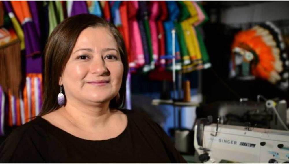 Une designer de Kahnawake au Québec confectionne une cape pour Michelle Obama: en lire plus.
