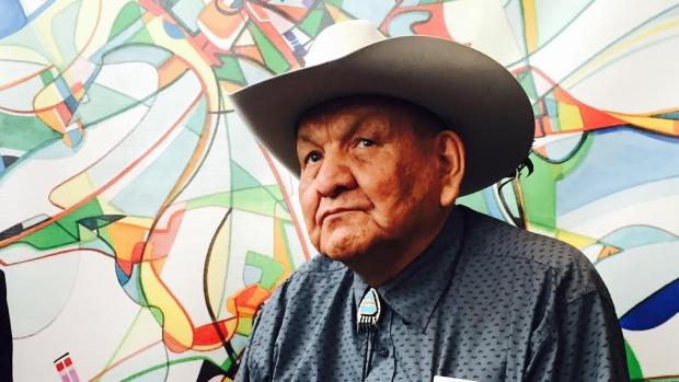 Alex Janvier est souvent désigné comme le premier artiste moderniste autochtone au Canada. Ses œuvres sont exposées dans les collections des principaux musées canadiens. Regardez le vidéo.