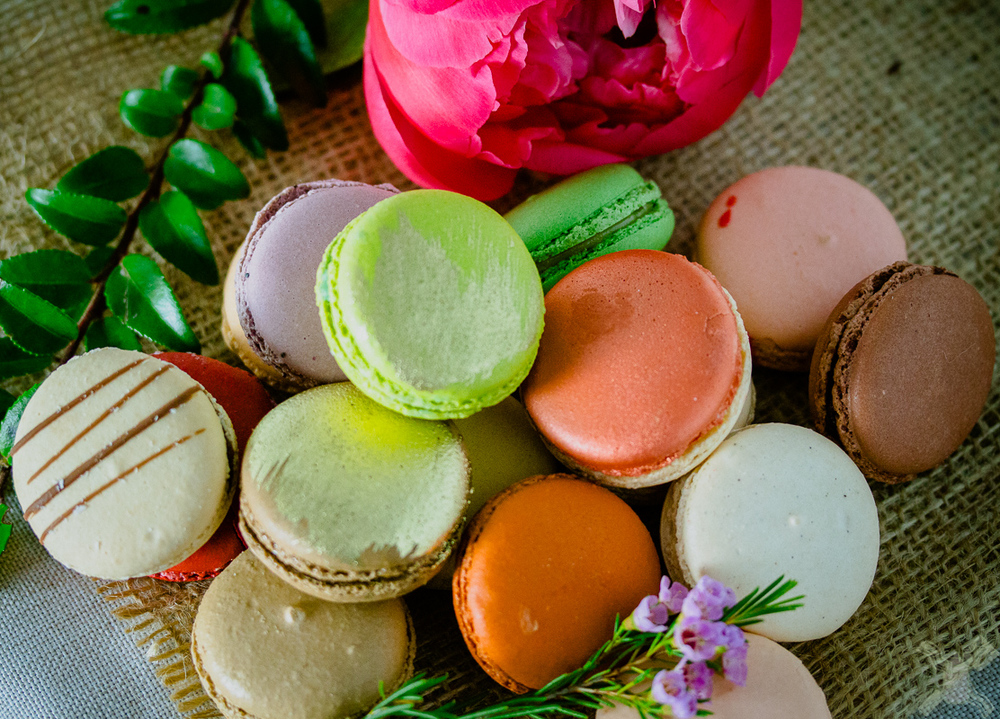 Beautiful macarons with beautiful flowers, it is perfect.