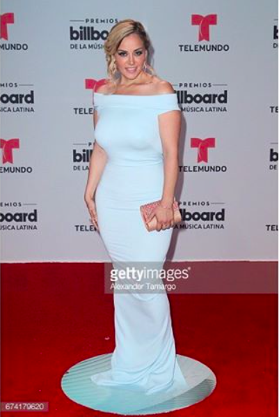 Tv star ⭐️  @rosieriveraoficial  stunned the  @latinbillboards   @telemundo  red carpet wearing our designers ✨  #dress  made by our American designer 🇺🇸  @nicolebakti   #clutch  made by our Italian 🇮🇹designer  @ottavianiofficial  fashion provided by  #ivanbittonstylehouse  styled by celebrity stylist  @oliver.styles  ⭐️️👑 #whatheiswearing  #fashiondesigner  #billboardmusicawards  #celebrotystyle