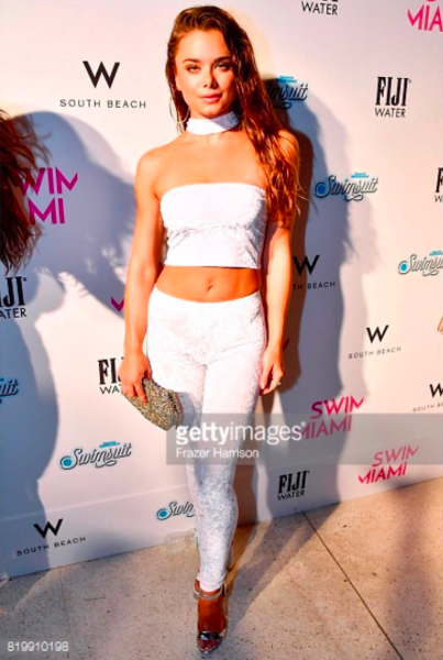 Model & actress  @dessiemitcheson  for the red carpet for  @si_swimsuit  wearing our designers ✨clutch made by  @rosatolenttino  styled by  @conquerloud  fashion provided by  #ivanbittonstylehouse  #ootd  #style  #pop  #actress  #celebrity