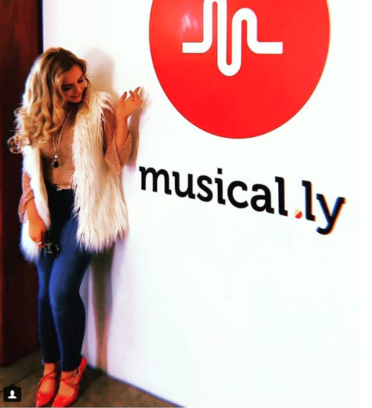 Singer  @therealmackenzienicole  looting adorable at the  @StrangeMusicInc    @musical.ly wearing our designers  @rougebyroojamir  @sambacjewelry   @limit.till.2359  styled by  @michaelstmichael  fashion provided by  #ivanbittonstylehouse   #fashiondesingers