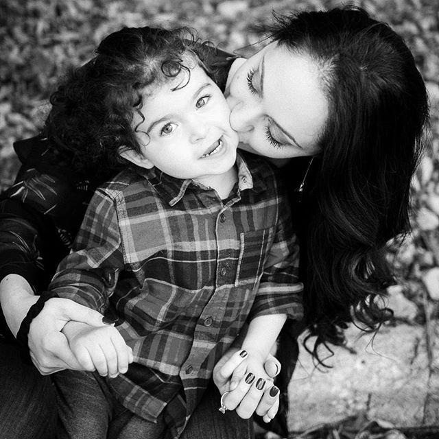 🖤 . . . . #clevelandportraitphotographer #clevelandphotographer #clevelandfamilyphotographer #familyphotography #cleveland #fallsession #fall2017 #mama #son #love #portraitphotography #familyphotography #fallphotoshoot #chagrinfallsohio #naturallightphotography
