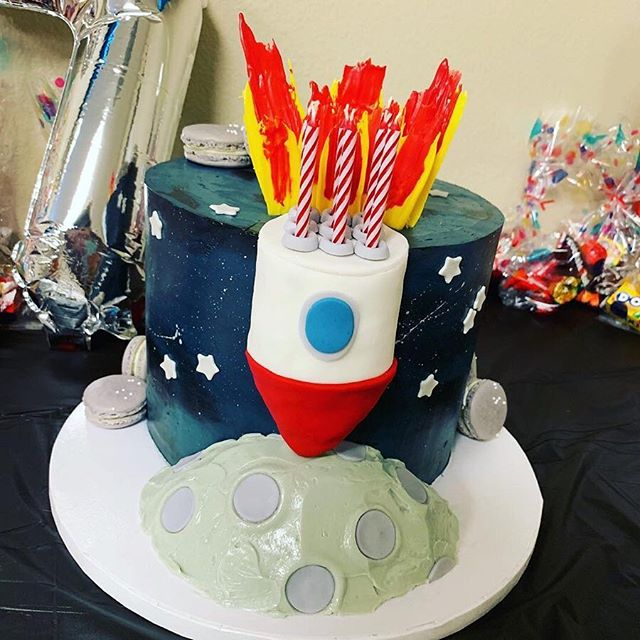 When you get a drawing from the birthday girl herself about the cake she wants, you've GOT to get it right! This was probably one of my favorite cakes ever to do! I loved getting to replicate this drawing (2nd photo) for Penelope & Silas' birthdays! 👩‍🚀👨‍🚀