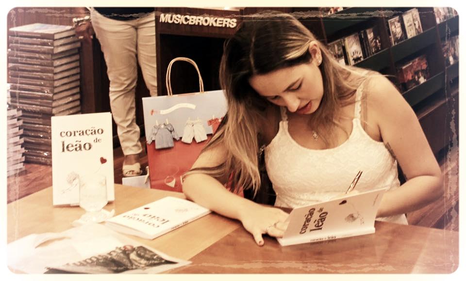 Aracelli na noite de autógrafos do livro Coração de Leão