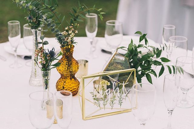 Bud vases make the prettiest center pieces 🤩