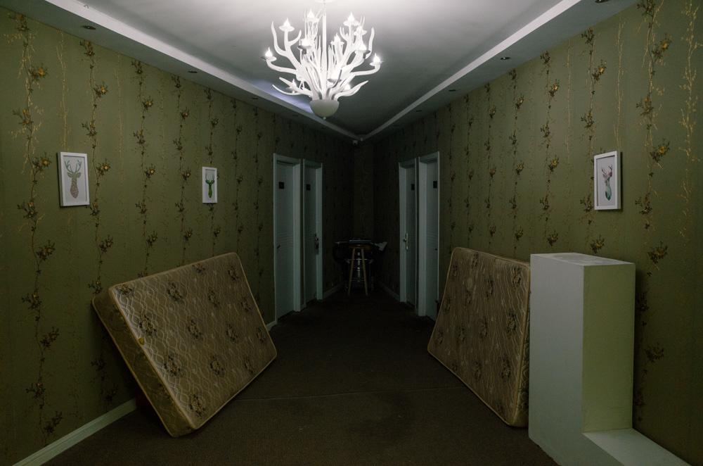 上海どんづまりシリーズ:宿の廊下にて。
