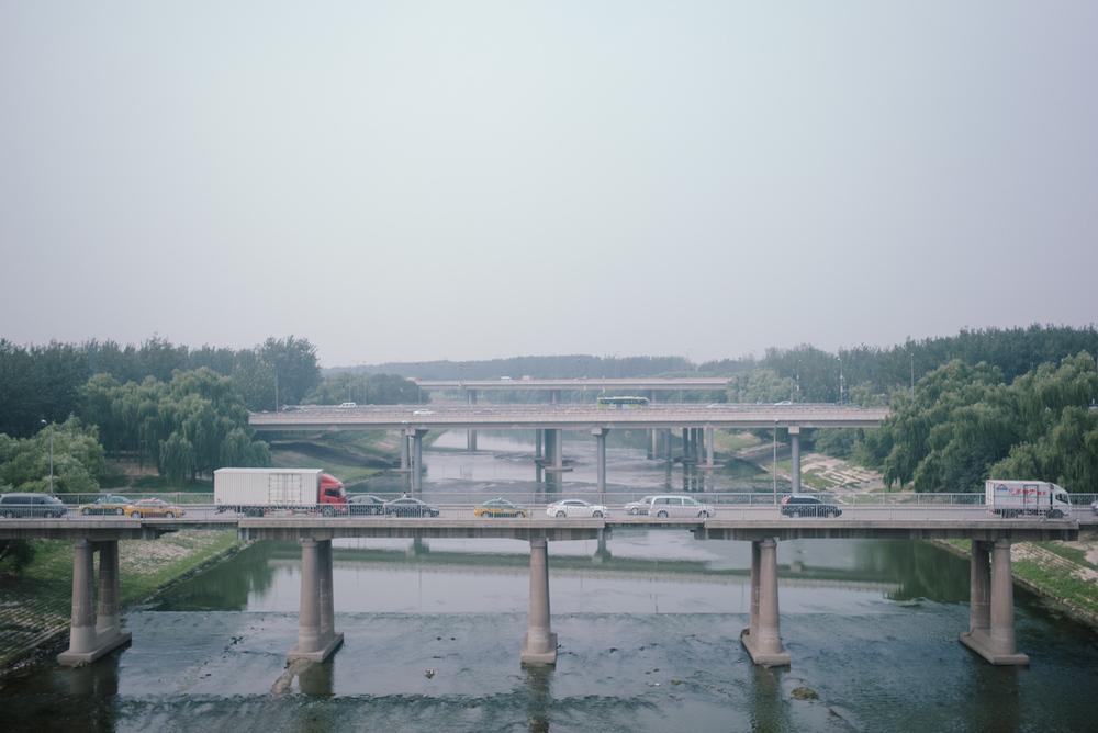空港から市内へ向かう電車の車窓から。