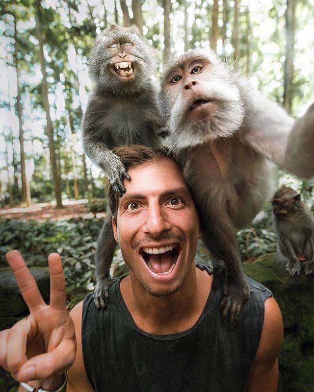 Que tal uma selfie com os macacos de Bali na Indonésia? 🙉🙈🙊 #360degree #threesixty #intercambio #morarfora #explore #bali #asia #mochilao  Foto: @sashajuliard #Repost @proddigital.viagens