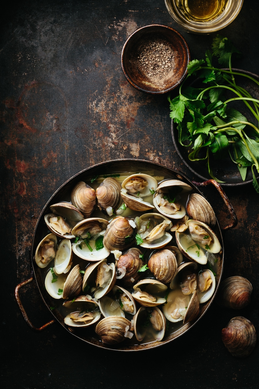 Vietnamese lemongrass beer steamed clams Vy Tran (3 of 7) (853x1280).jpg