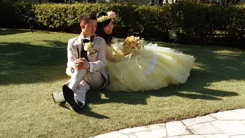 お母様からお写真届きました。 レモンイエローのドレスにぴったりのお母様手作りのブーケ。 花嫁の幸せの笑顔がとても印象的ですね。