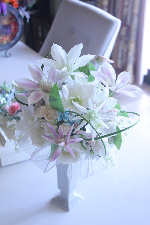 後ろに有るのが花冠です。 おばあちゃまのお写真を頂く事になっていますので,私もとても楽しみです。 素敵な花言葉を紡いで作ったブーケ。 きにいってくださいますように。
