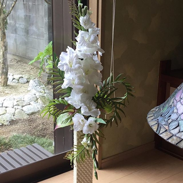 白いグラジオラス。 素敵すぎてため息ものです! 細長の花瓶に活けて🎶 #アーティフィシャル #プリザーブド #フラワー #ウエディング #ブーケ #ブートニア #結婚式 # ハーバリウム #植物 #オーダーメイド #ダズンローゼ #インテリア #artificial #wedding #flower #grass #order # plant #bouquet #bootonia #preserved #dozen roses #interior