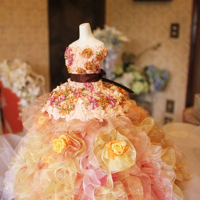 プリンセスドール・ ウェディングのお色直しのドレスをコピーいたしました。 一番下のバラの花びらのニュアンスが写真ではよく出ないのが残念ですが、とても良く似て出来上がりました。♬ #アーティフィシャル #プリザーブド #フラワー #ウエディング #ブーケ #ブートニア #結婚式 # ハーバリウム #植物 #オーダーメイド #ダズンローゼ #インテリア #artificial #wedding #flower #grass #order # plant #bouquet #bootonia #preserved #dozen roses #interior