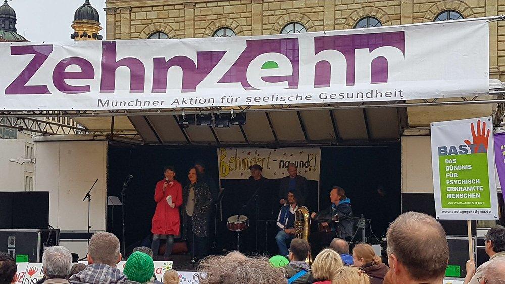 ZehnZehn: Foto von der Kundgebung mit Blick auf die Bühne