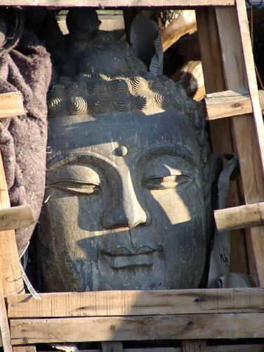 Zufrieden und sicher - der Buddha in der Kiste. Foto: Peter Bechmann, 2005