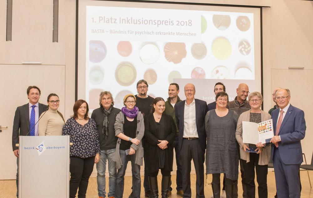 Gruppenfoto der Preisverleihung mit den BASTA-Vertretern sowie dem Bezirkstagspräsidenten Josef Mederer (rechts). Foto: Wolfgang Englmaier, Pressestelle Bezirk Oberbayern